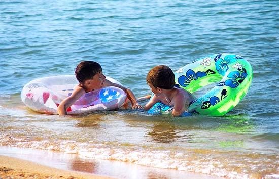 Дети купаются в Азовском море