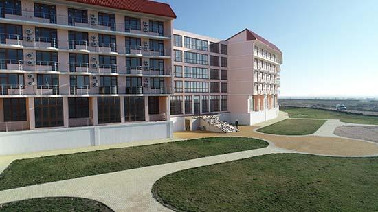 Вид на апарт-отель с газона.