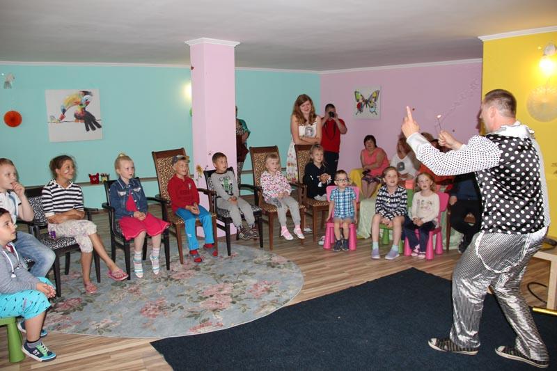 Аниматоры занимаются с детьми в детской комнате